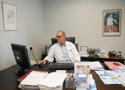 В Первом ортопедическом отделении, которое возглавляет доктор Аарон Менахем, 32 койко-места. Здесь обычно госпитализируют больных, нуждающихся в замене суставов после травмы или в результате артроза либо - по причине возрастных изменений.